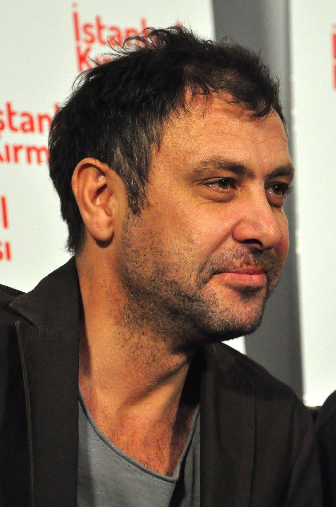 """Çekimleri Büyükada'da devam eden, Ferzan Özpetek'in kendi kitabından beyaz perdeye uyarladığı """"İstanbul Kırmızısı"""" filminin basın toplantısı Büyükada'da düzenlendi. Oyuncu Nejat İşler, oynadığı diğer projelerde olduğu gibi kafası karışık bir rol oynadığını ve izleyicinin çok farklı bir filmle karşılaşacağını anlattı. ( Musa Alcan - Anadolu Ajansı )"""
