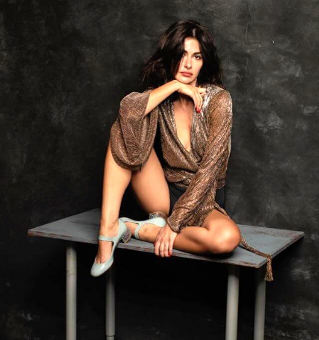 Nesrin Cavadzade Elbisesi ile Dikkatleri Üstüne Çekti!
