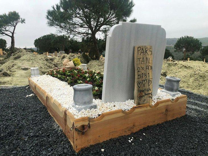 Ebru Şallı'nın Vefat Eden Oğlu Pars'ın Mezarı