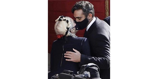Lady Gaga'dan Ece Gürsel Tarzı Öpüşme