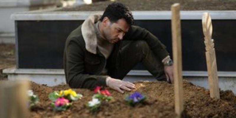 Ramo Sibel'in Mezarında Göz Yaşı Döküyor