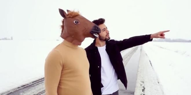 At Kafasıyla Klip Çekti