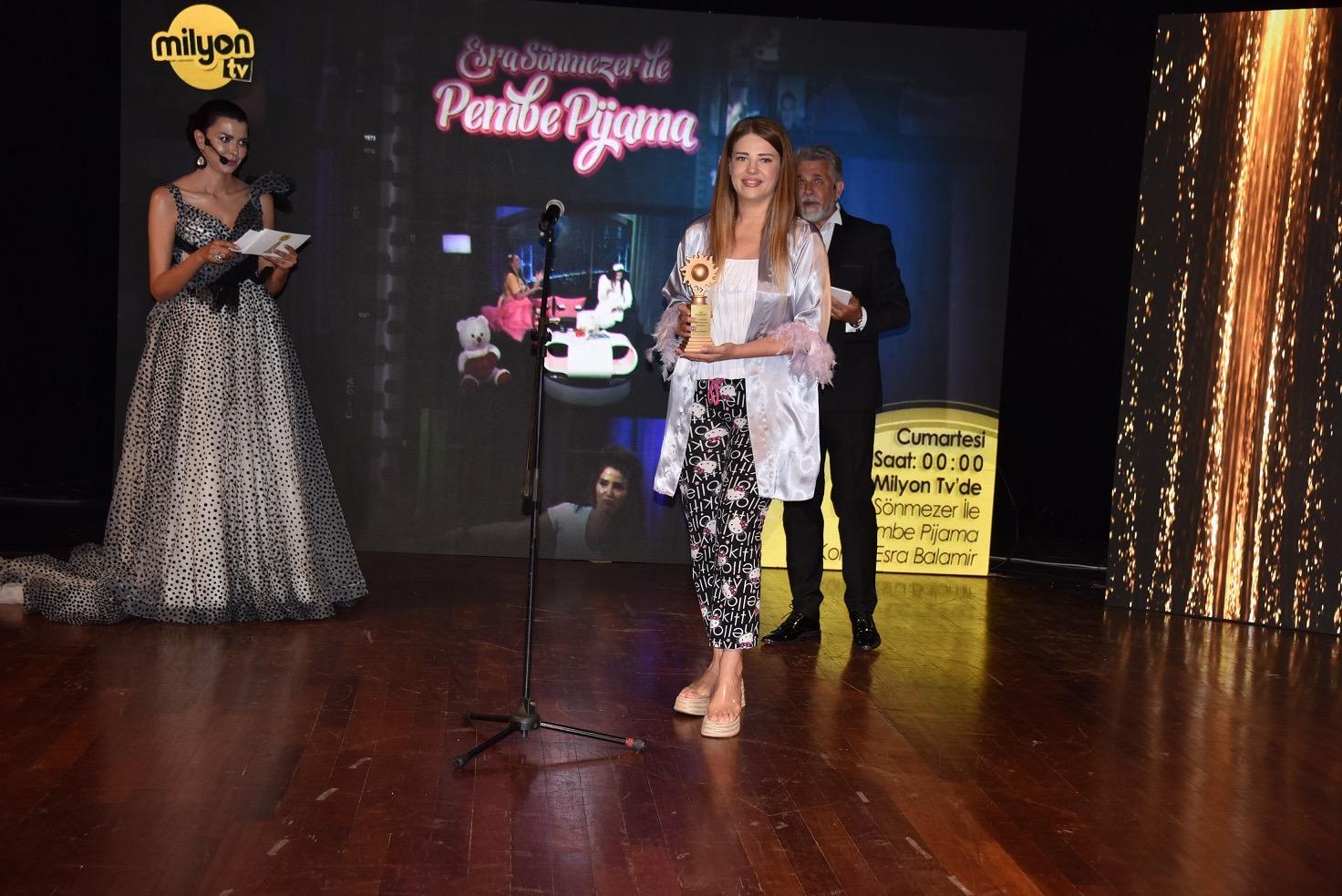 Esra Sönmezer' in Pijamayla Ödül Aldığı Kareler