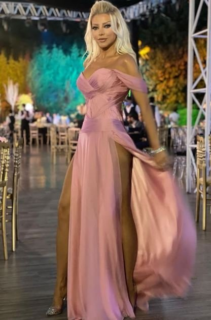 Gülşah Saraçoğlu' nun Derin Yırtmaçlı Elbisesi