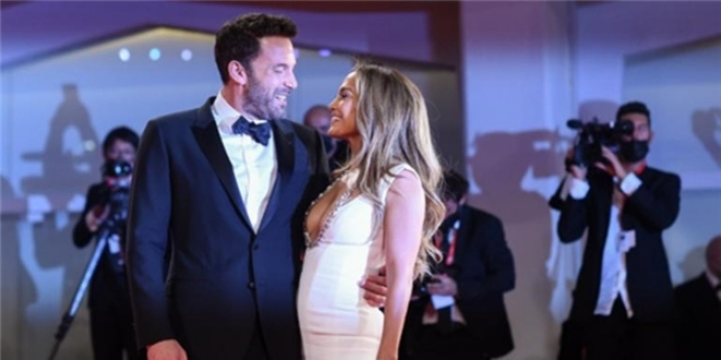Jennifer Lopez ve Ben Affleck'ten Kırmızı Halıda Aşk Gösterisi